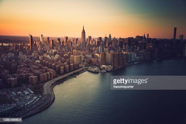 aerial view of manhattan city - horizonte urbano imagens e fotografias de stock