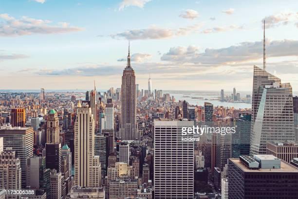aerial view of manhattan - etalement urbain photos et images de collection