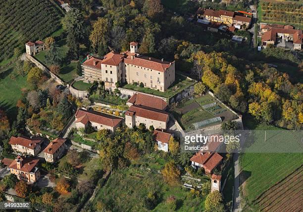 veduta aerea del castello di manta - dasiatide foto e immagini stock