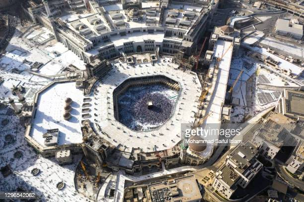 aerial view of masjid-al-haram in mecca in kingdom of saudi arabia, the holiest place for worship for the muslims - gulf countries stock pictures, royalty-free photos & images