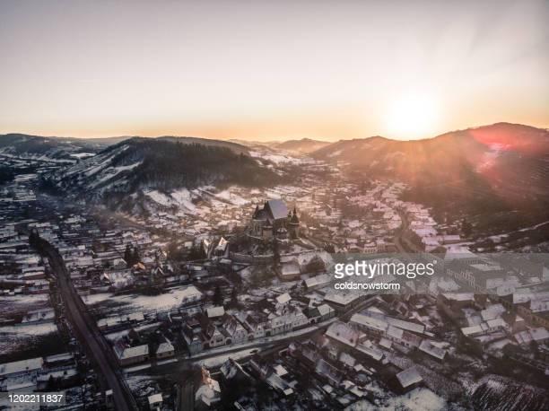 flygfoto av medeltida saxisk by och befästa kyrkan i transsylvanien, rumänien - rumänien bildbanksfoton och bilder