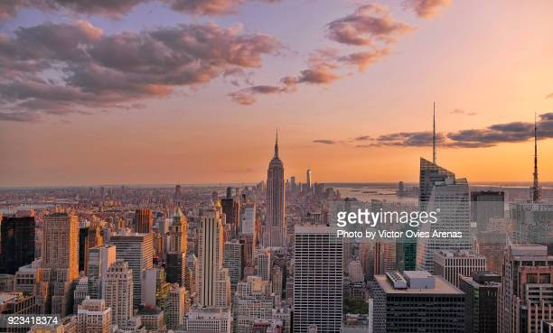 aerial view of midtown and lower manhattan at sunset in new york, usa - victor ovies fotografías e imágenes de stock
