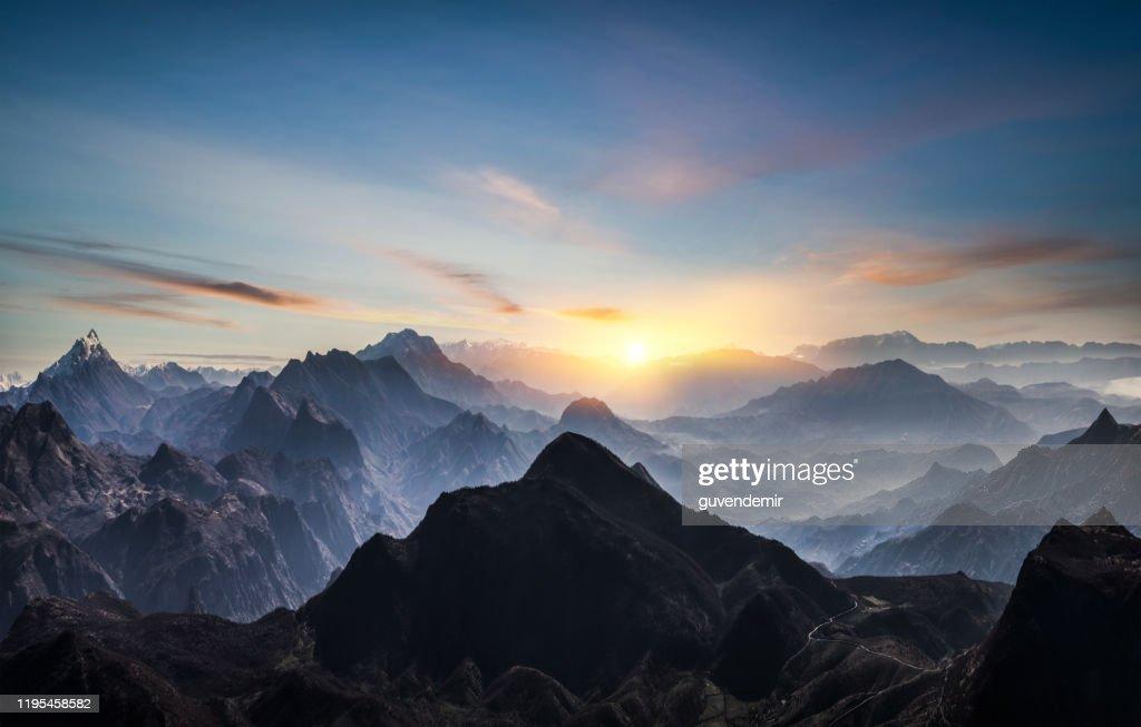 Luchtfoto van Misty Mountains bij zonsopgang : Stockfoto
