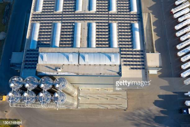 luftaufnahme des modernen distributionslagers mit edelstahl-lagertanks - lagerhaltung stock-fotos und bilder