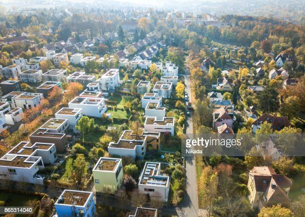 vista aérea de casas modernas - villa asentamiento humano fotografías e imágenes de stock