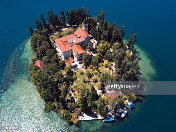vista aérea del monasterio en la isla visovac, cañón del río krka, croacia - croacia fotografías e imágenes de stock