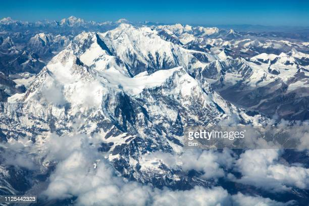 aerial view of mount everest, himalaya, nepal - himalaya foto e immagini stock
