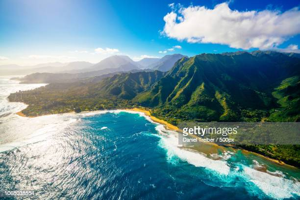 aerial view of mountains and sea - isole hawaii foto e immagini stock