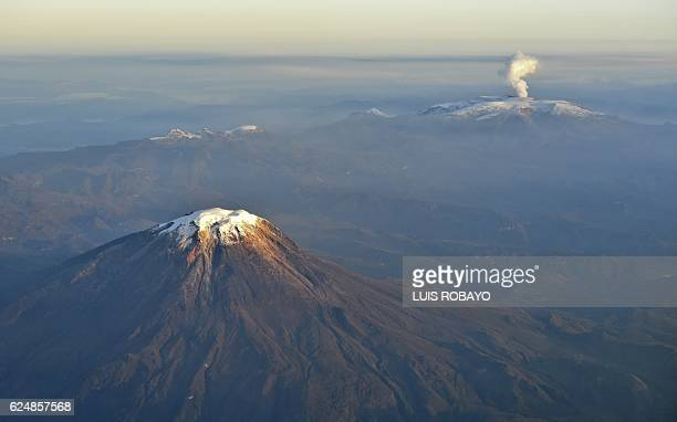 Aerial view of Nevado del Tolima and Nevado del Ruiz volcano showing a plume of smoke and ashes on November 21, 2016 in Colombia. / AFP / LUIS ROBAYO