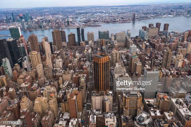 veduta aerea dello skyline di new york - inquadratura da un aereo foto e immagini stock