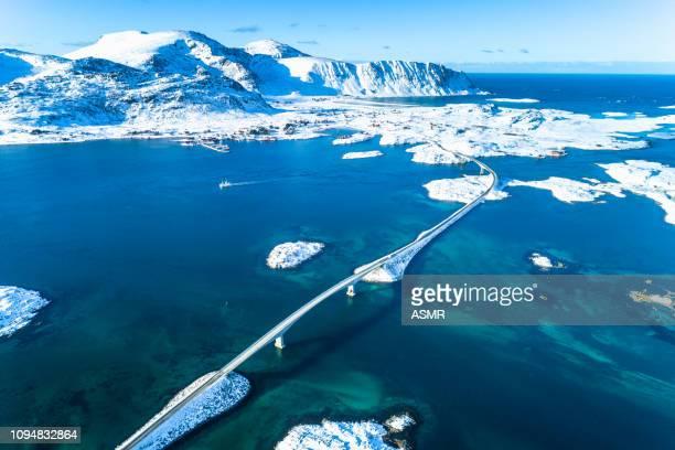 vue aérienne d'hiver ensoleillé de norvège - atlantic road norway photos et images de collection