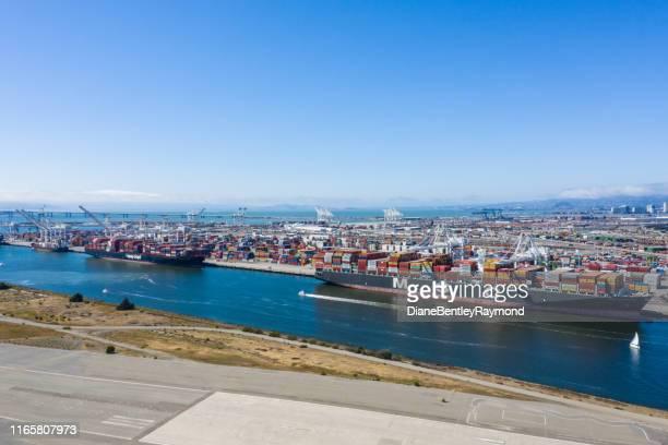 luchtfoto van oakland container schepen - oakland californië stockfoto's en -beelden