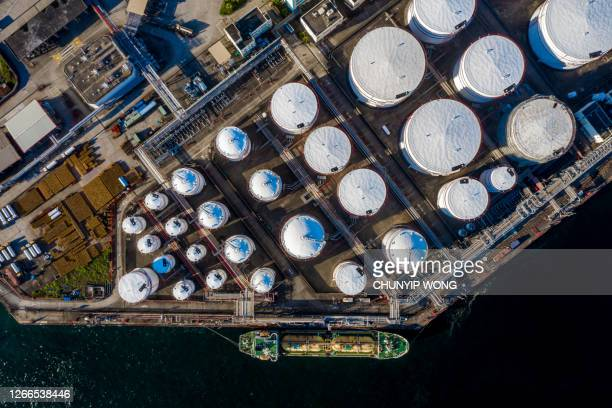 石油精製所および燃料貯蔵タンクの航空写真 - 液化天然ガス ストックフォトと画像