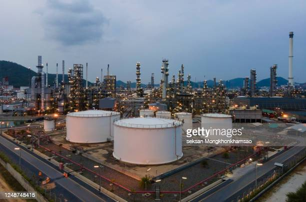 aerial view of oil refinery - gulf countries photos et images de collection