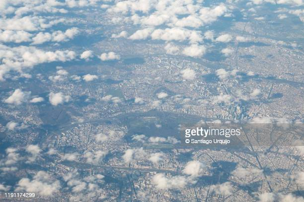 aerial view of paris - etalement urbain photos et images de collection