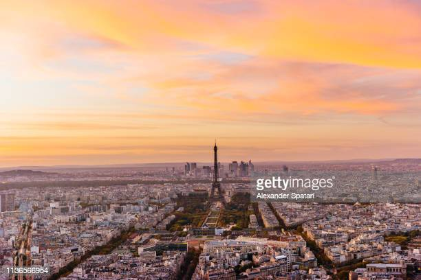 aerial view of paris skyline with eiffel tower during dramatic colorful sunset - parís fotografías e imágenes de stock