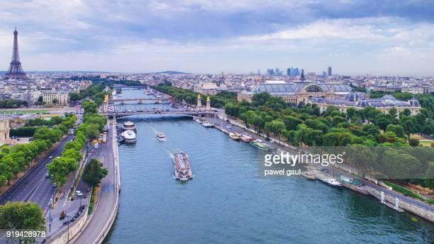 luchtfoto van parijs met de eiffeltoren en de seine rivier - seine stockfoto's en -beelden