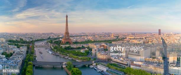 aerial view of paris with eiffel tower during sunset - orizzonte urbano foto e immagini stock