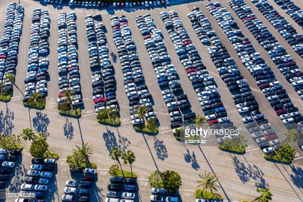 luftaufnahme von geparkten autos - konvoi stock-fotos und bilder