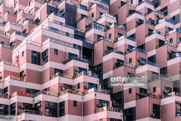 aerial view of particular residential building - fila arranjo imagens e fotografias de stock