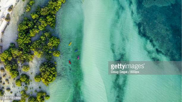 aerial view of people kayaking in sea - paisajes de emiratos arabes fotografías e imágenes de stock