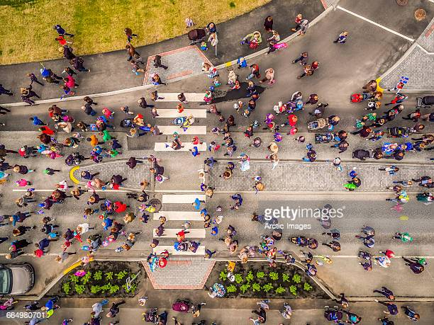 aerial view of people on the street - ponto de vista de drone - fotografias e filmes do acervo