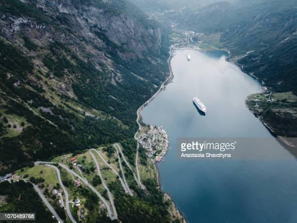 vue aérienne de la route de montagne pittoresque et le geirangerfjord en norvège - atlantic road norway photos et images de collection