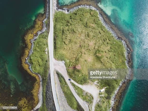 vue aérienne du pont de la route pittoresque, océan et montagnes en norvège - atlantic road norway photos et images de collection