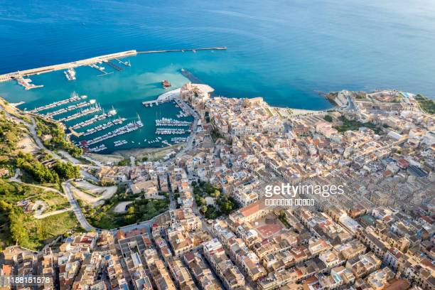 aerial view of port of castellammare del golfo, sicily,italy - ligue sportive photos et images de collection