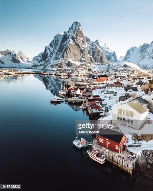 vista aérea do reine na noruega - noruega - fotografias e filmes do acervo