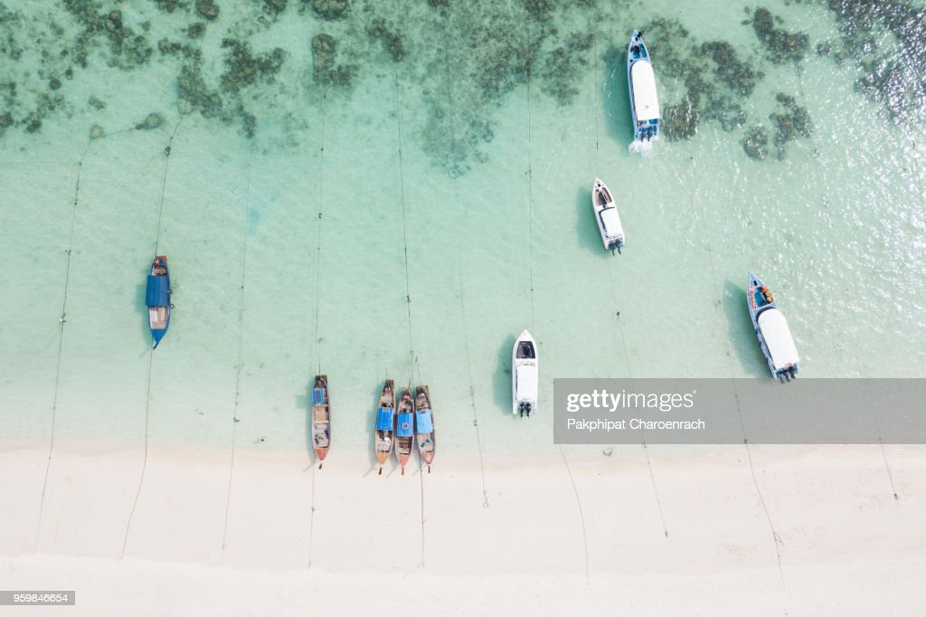 Aerial view of Resorts and boats on tropical white sand at Sunrise Beach, Lipe Island, Thailand. : Stock-Foto