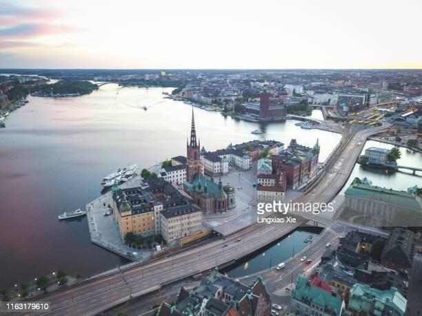 aerial view of riddarholmen and riddarholm church with urban skyline at dusk, stockholm, sweden - riddarholmkirche stock-fotos und bilder