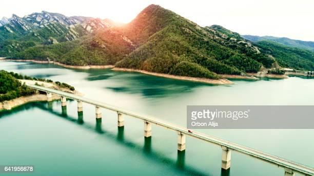 湖の上の道の空撮