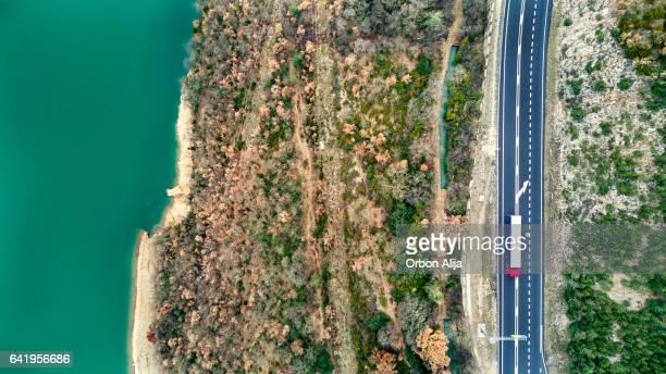 Vista aérea del camino sobre un lago