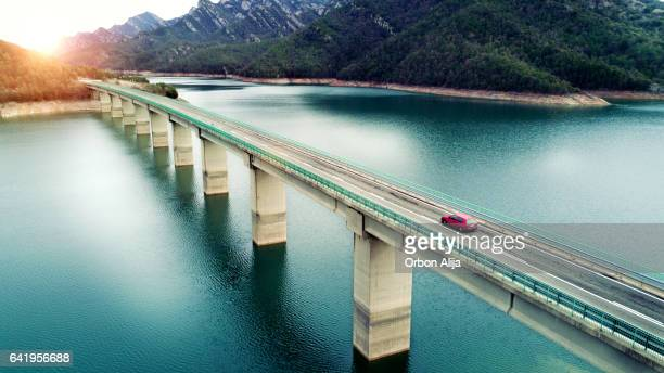 Luchtfoto van weg boven een lake