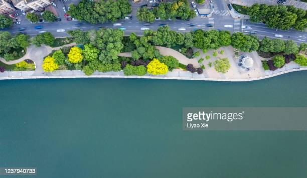 aerial view of road along the river - liyao xie fotografías e imágenes de stock
