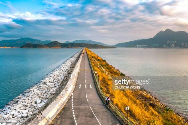 aerial view of road of the reservoir dam - dique barragem imagens e fotografias de stock