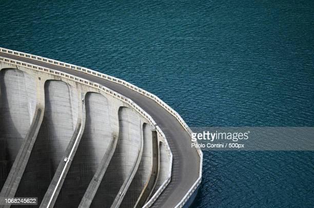 aerial view of road on dam - preso fotografías e imágenes de stock