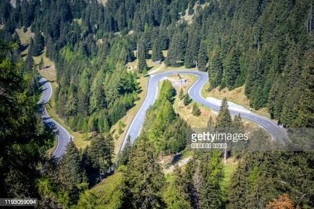 aerial view of road passing through the green forrest and mountain - trefferversuch stock-fotos und bilder