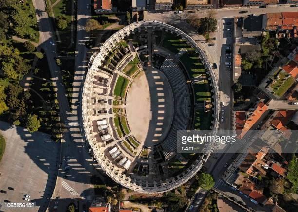 プーラのローマ円形闘技場空撮。イストリア半島、クロアチア。 - イストリア半島 プーラ ストックフォトと画像