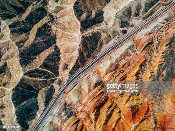 丹夏の地場を通る農村道路の空中写真 - 甘粛張掖国家地質公園 ストックフォトと画像