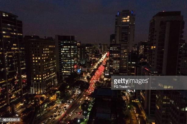 vista aérea da hora do rush na cidade de são paulo, brasil, durante a noite - sao paulo - fotografias e filmes do acervo