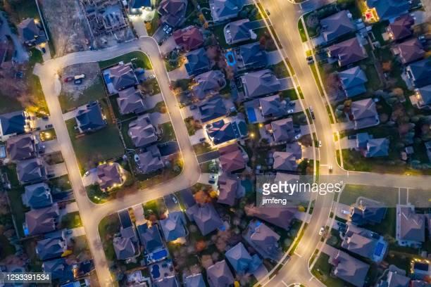 ラザフォード道路とイズリントンアベニューの航空写真、カナダ、オンタリオ州ヴォーンのウッドブリッジの一戸建てとデュプレックスハウス - ヴォーン ストックフォトと画像