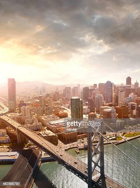 Vista aérea de San Francisco y el puente de la bahía de Oakland