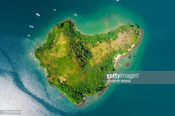 vista aerea della spiaggia sabbiosa con acqua turchese limpida - isola foto e immagini stock