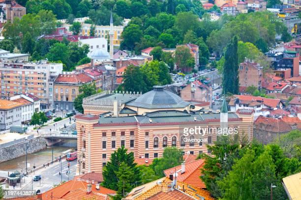 luchtfoto van het stadhuis van sarajevo - gwengoat stockfoto's en -beelden
