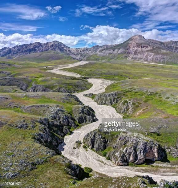 aerial view of scoppaturo canyon on the campo imperatore plateau - campo imperatore foto e immagini stock