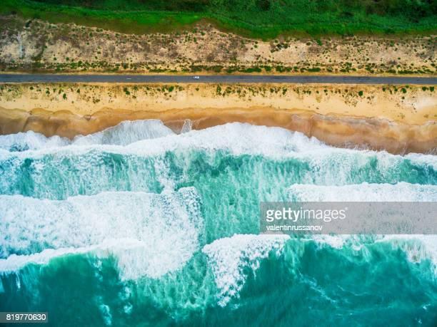 Vista aérea de las olas del mar y playa