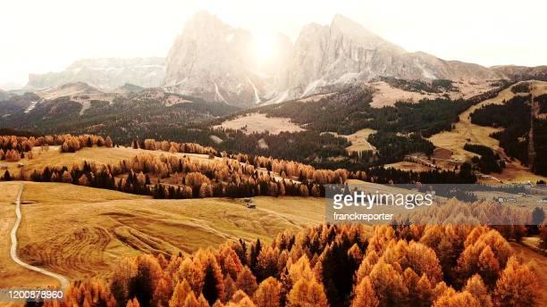 vue aérienne de l'aum.de seiser dans le tyrol du sud - paysage enchanteur photos et images de collection
