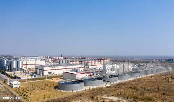 aerial view of sewage treatment plant in modern factory on sunny day - industriegebiet stock-fotos und bilder